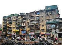 De woningbouw van de oude en ruïneflat op een straat Stock Afbeelding
