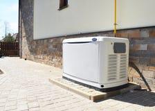 De woon reservegenerator van het huis aardgas Het kiezen van een plaats voor huis reservegenerator stock afbeeldingen