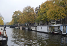 De woonbootkanaal van Casas flotantes Amsterdam Stock Afbeeldingen