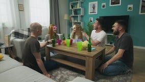 In de woonkamer ben de vrienden die Who spelen I-spel met kleverige documenten op hoofd stock videobeelden