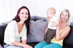 De woonkamer is de moeder van het kind en het meisje. Royalty-vrije Stock Foto's