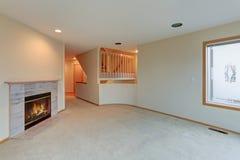 De woonkamer kenmerkt houten brandende open haard Royalty-vrije Stock Afbeeldingen