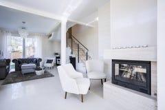 De woonkamer van de luxe met open haard Stock Foto