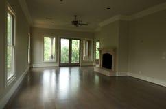 De woonkamer van Upscale met een toneelmening Royalty-vrije Stock Foto's