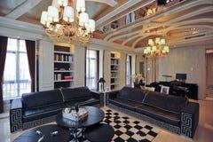 De woonkamer zwarte bank van de villa Stock Foto's