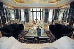 De woonkamer zwarte bank van de villa Royalty-vrije Stock Foto's