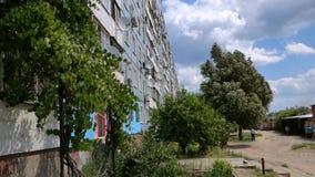 De woonwijk Kommunar De bouw met meerdere verdiepingen stock footage