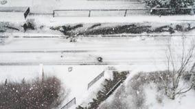 De woonwijk van de de bestratingsweg van de de wintersneeuw, luchtmeningsachtergrond bokeh stock videobeelden
