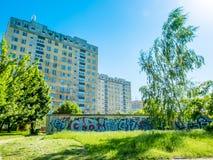 De woonwijken in Polen met een graffiti schilderden op een muur van direct garages Stock Foto