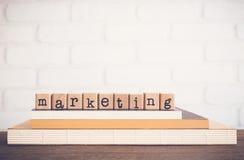 De woord Marketing en de lege ruimteachtergrond Stock Fotografie