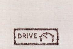 De woordaandrijving naast een brandstofmaat in een rechthoek maakte van koffiebonen, die in het centrum bij de bodem worden geric stock afbeeldingen