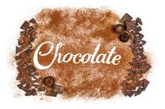 De woordchocolade door cacaopoeder wordt geschreven met donkere chocolade a die Royalty-vrije Stock Foto