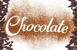 De woordchocolade door cacaopoeder wordt geschreven met donkere chocolade die Royalty-vrije Stock Afbeelding