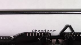 De woorden 'Chemie die 101 'op een schrijfmachine worden getypt stock videobeelden