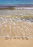 De woorden beklemtonen geschreven die op zand, door golven wordt gereinigd Stock Afbeeldingen