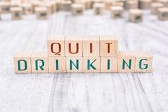 De Woorden houden op met Drinken Gevormd door Houten Blokken op een Witte Lijst, Herinneringsconcept royalty-vrije stock foto