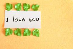 De woorden ` I houden van u die ` op beige achtergrond wordt geïsoleerd Stock Foto