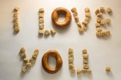 De woorden`` I Liefde wordt u `` gemaakt van donker suiker en ongezuurd broodje Stock Afbeelding