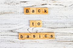 De woorden terug naar grondbeginselen van brieven op houten blokken worden gemaakt dat terug naar grondbeginselen - fundamenteel  stock foto