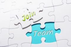 De Woorden treden en Team In Missing Piece Jigsaw-het Raadsel toe stock afbeelding