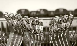 De woorden VERTELLEN UW VERHAAL met een oude schrijfmachine royalty-vrije stock foto's