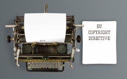 De woordeneu Copyright Richtlijn geschreven Artikel 13 betreffende uitstekende schrijfmachine stock fotografie