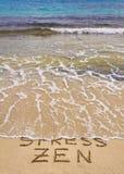 De woordenspanning en Zen op zand, Spanningswoord wordt geschreven worden gereinigd door golf die Stock Fotografie