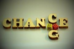 De woordkans, de VERANDERING van houten brieven en twee dobbelen van rood en geel op een witte achtergrond Concept geluk in het s Royalty-vrije Stock Foto's