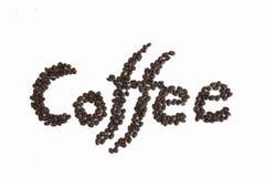 De woordKoffie die met honderden koffiebonen wordt gespeld Geïsoleerde Stock Fotografie