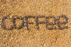 De woordkoffie van de koffiebonen op de achtergrond van verspreide onmiddellijke koffie Textuur stock afbeelding