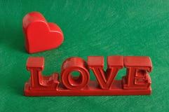 De woordliefde met een rood hart Stock Foto