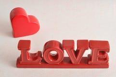 De woordliefde met een rood hart Stock Fotografie