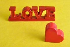 De woordliefde met een rood hart Stock Afbeelding