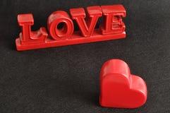 De woordliefde met een rood hart Stock Afbeeldingen