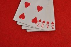 De woordliefde met speelkaarten wordt gespeld die Stock Foto's