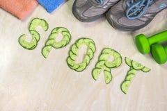 De woordsport is gevoerd met komkommers, tegen de achtergrond van tennisschoenen, Royalty-vrije Stock Afbeelding