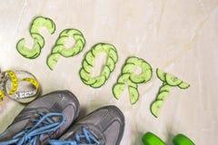 De woordsport is gevoerd met komkommers, tegen de achtergrond van tennisschoenen, domoren Stock Foto's