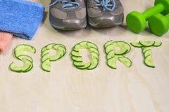 De woordsport is gevoerd met komkommers, tegen de achtergrond van tennisschoenen, domoren Royalty-vrije Stock Foto's