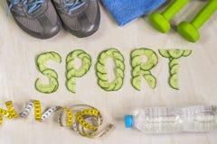 De woordsport is gevoerd met komkommers, tegen de achtergrond van tennisschoenen, domoren Royalty-vrije Stock Foto