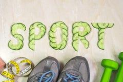 De woordsport is gevoerd met komkommers, tegen de achtergrond van tennisschoenen, domoren en een handdoek Royalty-vrije Stock Foto's