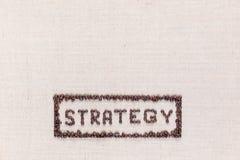 De woordstrategie binnen een rechthoek alle gemaakte gebruikende koffiebonen schoot hierboven van, gericht bij de bodem stock fotografie