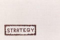 De woordstrategie binnen een rechthoek alle gemaakte gebruikende koffiebonen schoot hierboven van, gericht bij de verlaten bodem royalty-vrije stock afbeelding