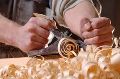 De workshop van de schrijnwerkerij met hout Stock Afbeeldingen