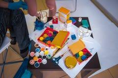 De workshop van de kunstenaar `s Canvas, verf die, borstels, paletmes op de lijst liggen royalty-vrije stock afbeeldingen