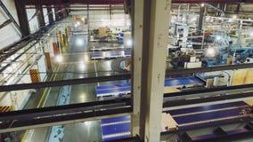 De workshop van de papierfabricageinstallatie met geautomatiseerd materiaal stock videobeelden