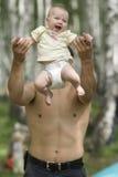 De worp van de vader omhoog zijn baby Royalty-vrije Stock Foto's