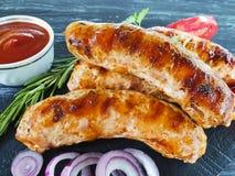 de worst braadde uien, van het het rundvleesbraadstuk van de tomatenkeuken van het de verfrissing het houten menu traditionele di royalty-vrije stock fotografie