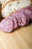 De worst van de salami die met brood voor sandwich wordt gesneden stock afbeeldingen
