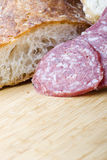 De worst van de salami die met brood voor sandwich wordt gesneden royalty-vrije stock afbeeldingen