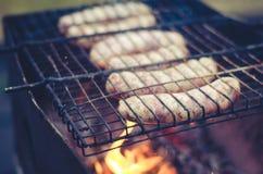 De worstbarbecue op een rooster een grill/worsten op een barbecue voorziet op naakte vlam, selectieve nadruk van tralies royalty-vrije stock foto's